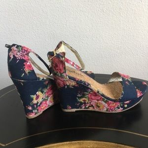 Charming Charlie Floral Wedge Shoe Size 8.5